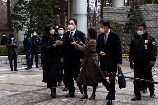 Jay Y. Lee, co-vice chairman of Samsung Electronics Co., middle, wears a protective mask as he arrives at the Seoul High Court in Seoul, South Korea, on Monday, Jan. 18, 2021. A judge will hand down a new sentence for Lees involvement in a corruption case that brought down a South Korean president and ignited a backlash over family-run conglomerates.Photographer: SeongJoon Cho/Bloomberg via Getty Images